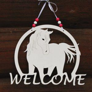 Ihana ovikyltti valkoisella hevosella