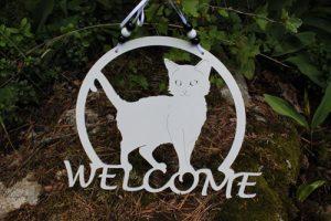 Suomessa valmistettu ovikyltti kissa-aiheella