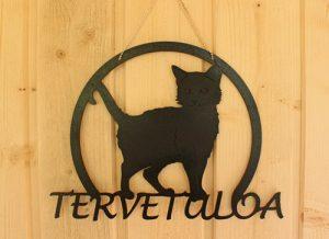 Tervetuloa -ovikyltti mustalla kissalla